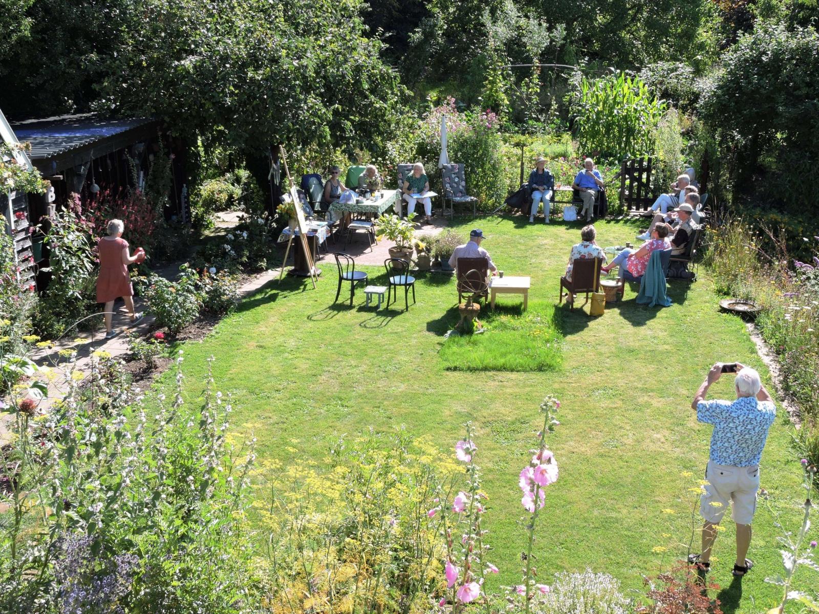 Buiten vergaderen in een tuin.